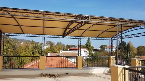 покрив метална конструкция